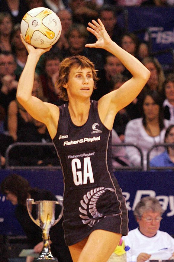 Tania Dalton in action for the Silver Ferns in 2006.