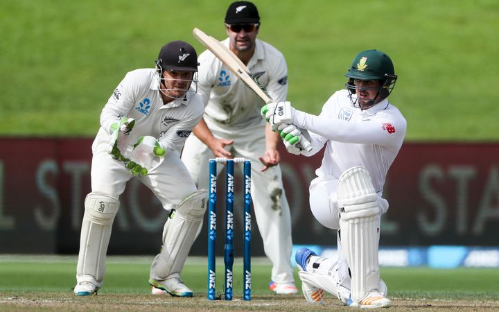 Quintin de Kock sweeps as BJ Watling and Colin de Grandhomme look on.