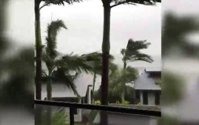 The first effects of Cyclone Debbie on Monday.