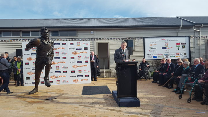 A bronze statue of All Black legend, Sir Colin Meads, has been unveiled in Te Kuiti.