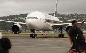 A Singapore Airlines Boeing 777-200 lands at Wellington Airport.