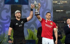Kieran Read and Sam Warburton (R) hold up the trophy after the drawn test series.