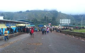 A crowd gathered in Mendi during vote counting.