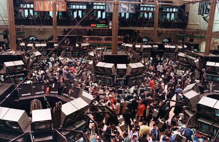 A view of the floor of the New York stock exchange where the Dow Jones dropped over 500 points, 19 October 1987.
