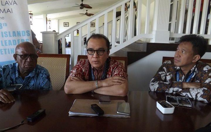 Indonesia's Ambassador to Samoa, Tonga and NZ, Tantowi Yahya (C).