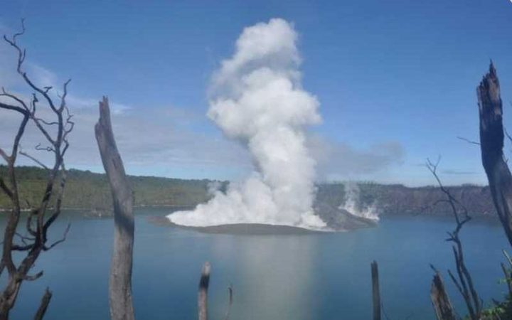 Thousands flee after volcano erupts on Vanuatu island
