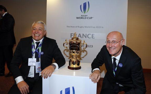 在法国被任命为举办2023年橄榄球世界杯之后,法国总统克劳德·阿切尔(左)和法国橄榄球总统伯纳德·拉波特摆出了奖杯。