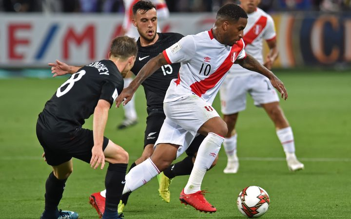 Peru's Jefferson Farfan takes on New Zealand's Michael McGlinchey (L) and Clayton Lewis.