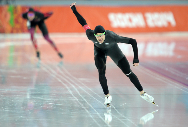 Shane Dobbin  leads Germany's Moritz Geisreiter in the 10,000m speed skating.