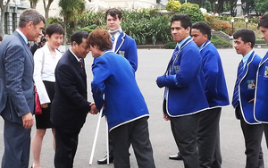 Chen Xiwen being welcomed to Parliament by St Patrick's College kapa haka group.