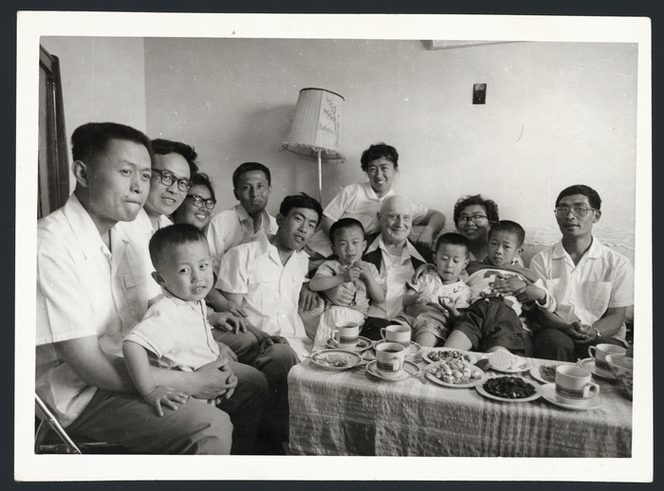 Rewi Alley with Chinese friends and family, 1983 [Alexander Turnbull Library]