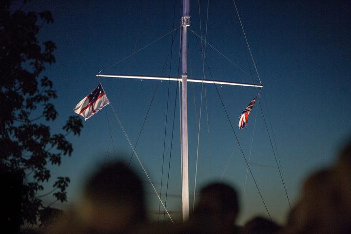 """旗竿标志着1840年2月6日首次签署""""怀唐伊条约""""的地点。"""