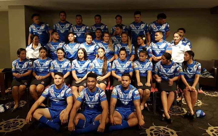 The Samoa men's and women's teams pose ahead of the Commonwealth Championship.