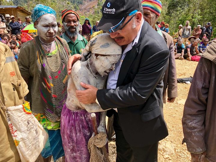 PNG Prime MInister Peter O'Neill consoles a woman in earthquake-affected Hela province.