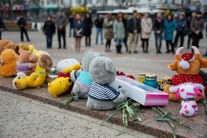 5464375 27.03.2018 Flowers, toys and candles on Lenin Square in memory of those killed in the Zimnyaya Vishnya shopping mall fire in Kemerovo. Alexey Malgavko / Sputnik