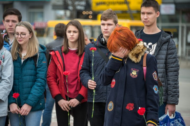 5464379 27.03.2018 Residents of Simferopol bring flowers and candles to the Lenin Square memorial to honor those killed in the Zimnyaya Vishnya shopping mall fire in Kemerovo. Alexey Malgavko / Sputnik