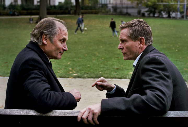 French actor Hippolyte Girardot (EU commissioner Fransk) and Jesper Berg negotiate on a Paris park bench.