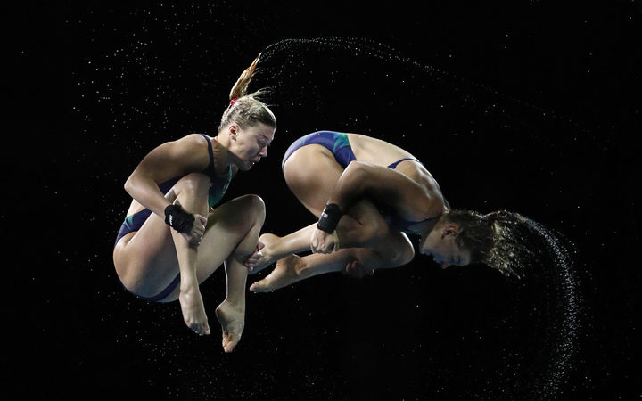 Divers train on the 10-metre platform ahead of the 2018 Gold Coast Commonwealth Games at the Optus Aquatic Centre swimming pool in Gold Coast on April 3, 2018. / AFP PHOTO / ADRIAN DENNIS