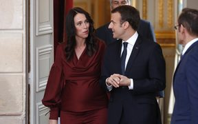 New Zealand's Prime Minister Jacinda Ardern (L) and French President Emmanuel Macron arrive for a joint news conference at the Elysee Palace in Paris on April 16, 2018.    / AFP PHOTO / POOL / CHARLES PLATIAU