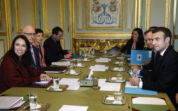 New Zealand's Prime Minister Jacinda Ardern (L) and French President Emmanuel Macron (R) meet at the Elysee Palace in Paris on April 16, 2018.  / AFP PHOTO / POOL / CHARLES PLATIAU