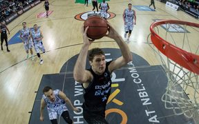 Centre Rob Loe scoring for the New Zealand Breakers