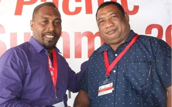 Solomons Media Association president Charles Kadamana, (left), with his PNG counterpart Kora Nou.