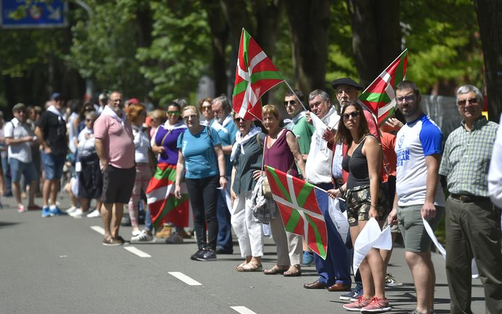 Supporters of a regional vote on Basque autonomy formed a human chain that organisers said stretched 200km and linked the cities of San Sebastian and Bilbao with Vitoria.
