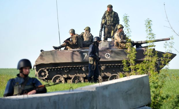 Ukrainian forces at a checkpoint near the eastern city of Slavyansk.