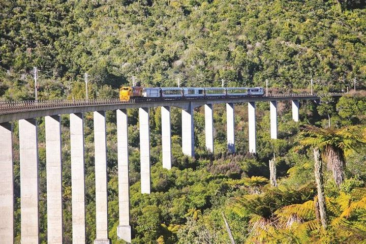 Northern Explorer crossing the Hapuawhenua Viaduct.