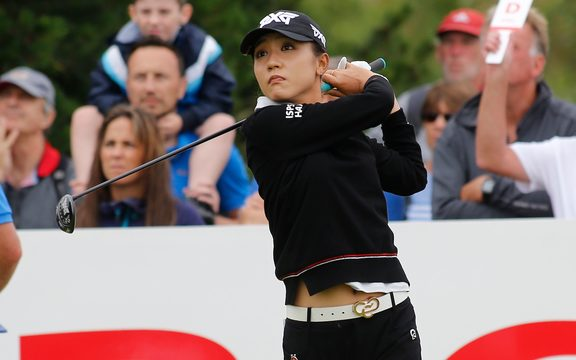 Lydia Ko rastrea el progreso de su golpe de salida durante la tercera ronda del Abierto Británico de 2018.