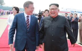North Korean leader Kim Jong Un (R), welcomes South Korean President Moon Jae-in during a ceremony at Pyongyang airport.