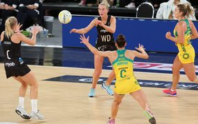 Michaela Sokolich-Beatson passing the ball to Laura Langman during Silver Ferns match against Against Australia