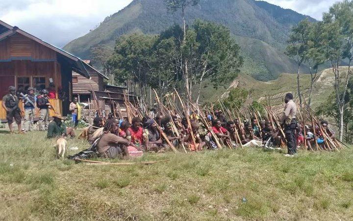 Aparat keamanan Indonesia berada di desa Dataran Tinggi saat mengejar pejuang kemerdekaan di Kabupaten Punkak Jaya di Papua Barat.