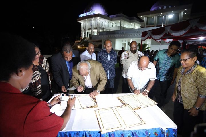 Papua New Guinea's Madang Governor Peter Yama signs an agreement with the Governor of Indonesia's Papua province, Lukas Enembe in Jayapura, October 2018
