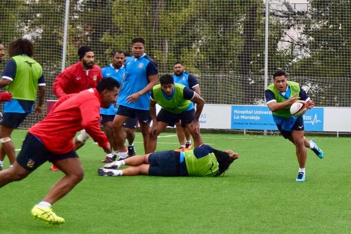 Leon Fukofuka fires a pass during Tonga's training camp in Madrid last week.