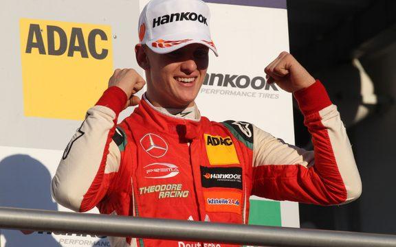 米克舒马赫庆祝赢得2018年欧洲三级方程式锦标赛冠军。