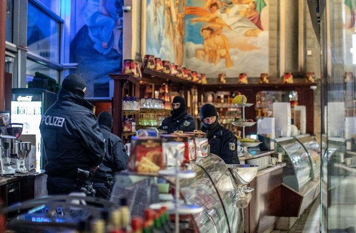 05 December 2018, North Rhine-Westphalia, Duisburg: Policemen are standing in an ice cream parlour in the Citypalais in downtown Duisburg. Investigators in Germany, Italy, the Netherlands and Belgium have raided members of the Italian mafia organisation 'Ndrangheta.
