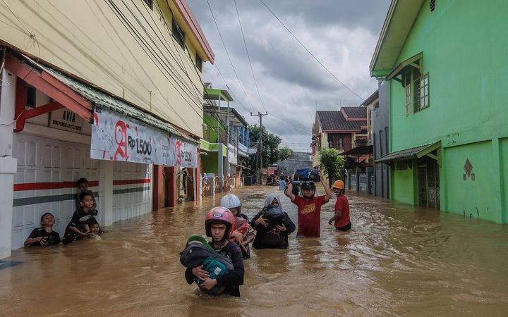 Residents evacuating their homes in Makassar as heavy rain and strong winds pounded the southern part of Sulawesi island