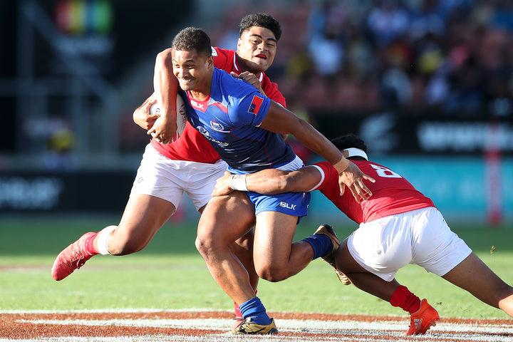 Samoa's Alamanda Motuga takes on the Tongan defence in Hamilton.