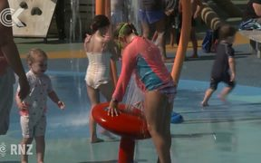 NZers try to keep cool as hot weather lingers