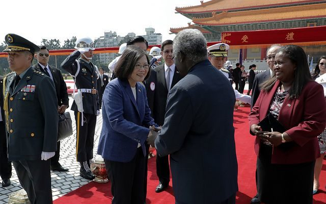 Taiwan president Tsai Ing-wen shakes hands with Solomon Islands prime minister Manasseh Sogavare, 2017.