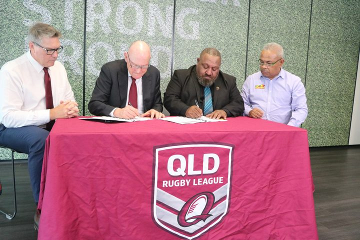 PNGRFL Chairman Sandis Tsaka (2R) and CEO Reatau Rau (R) at the signing of the PNG Hunters new participation agreement.