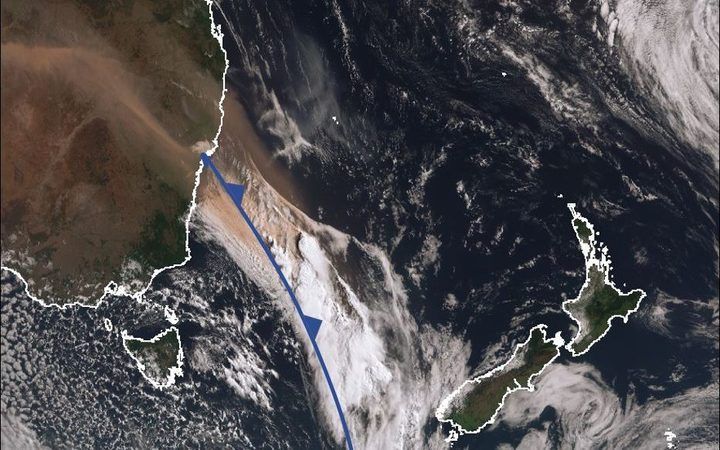 Dust clouds in Australia behind a cold front (marked in blue) over the Tasman Sea.