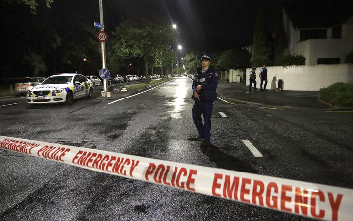 2019年3月15日星期五,一名警察在新西兰克赖斯特彻奇市中心一座清真寺附近的警戒线上巡逻。