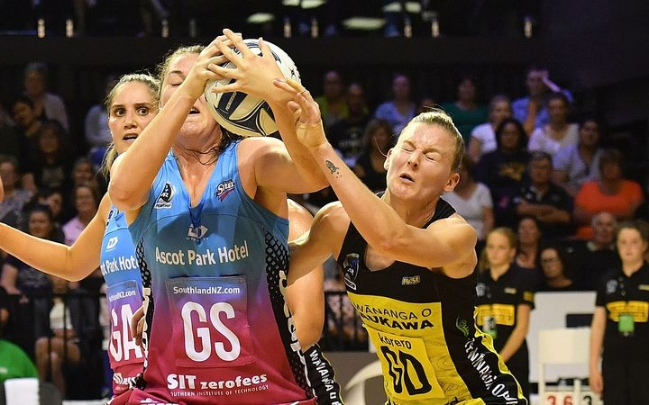 Pulse's captain Katrina Rore fights for possession with Steel's Jen O'Connell.