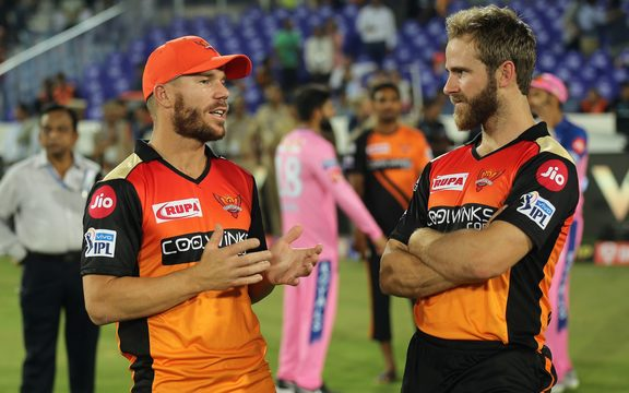 在印度超级联赛第12赛季的第8场比赛之后,海德拉巴的Sunrisers海德拉巴和凯恩威廉姆森的队长David Warner。