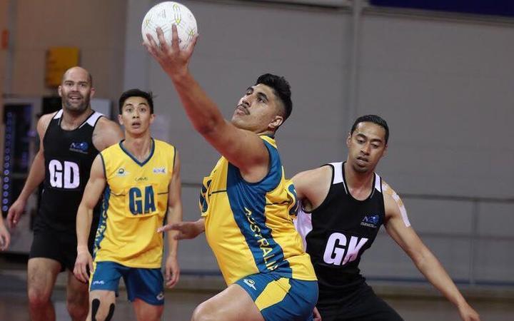 澳大利亚男子射门运动员Junior Levi在2018年的Trans Tasman Cup中手持球