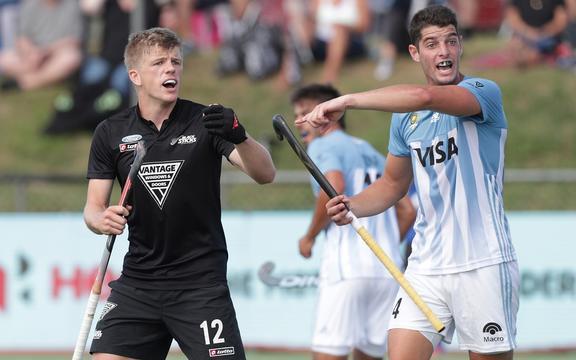 新西兰的Sam Lane和阿根廷的Juan Catan在2019年3月10日星期日新西兰奥克兰北港曲棍球体育场举行的FIH Pro联赛曲棍球比赛中作出反应。版权所有:David Rowland / www.photosport.nz
