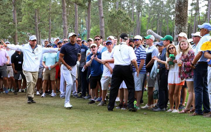 2019年4月11日,在美国乔治亚州奥古斯塔的奥古斯塔国家高尔夫俱乐部举行的2019年大师赛高尔夫球锦标赛第一轮比赛中,美国老虎伍兹走上了第17洞。(摄影:Koji Aoki / AFLO SPORT)
