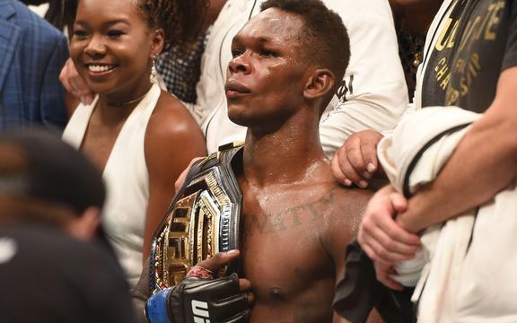 以色列Adesanya在赢得UFC临时MW冠军腰带对阵Kelvin Gastelum的比赛后作出反应。